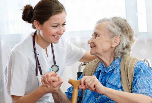 idosa com profissional de saúde